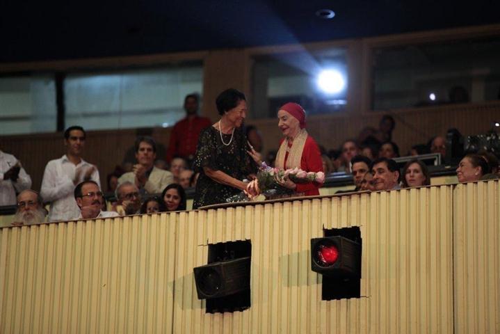 Asela de los Santos, compañera de lucha  de Vilma Espín, entrega un ramo de flores a la prima ballerina assoluta Alicia Alonso