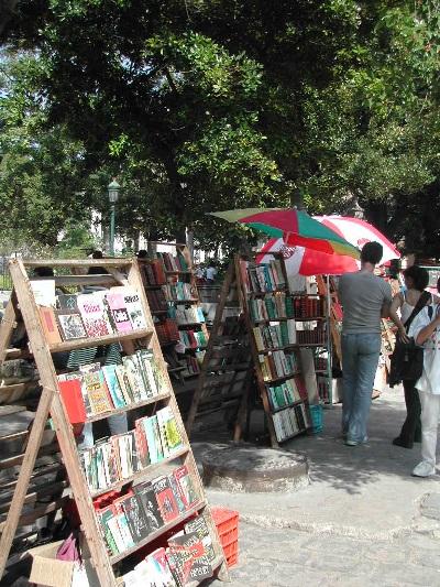 3. Libreros en la Plaza de Armas