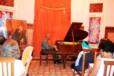 En el  Museo Naconal de La Danza Fran Paredes interpreta música de Lecuona
