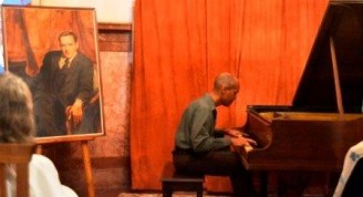 Junto a Fran Paredes en el piano, la imagen de Ernesto Lecuona (2)