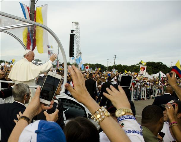 el papa saluda al pueblo en la plaza 2 (Small)