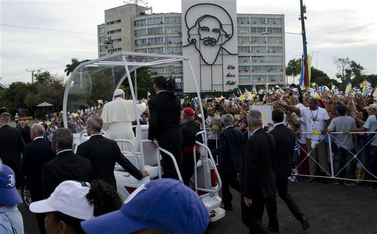 el papa saluda al pueblo en la plaza 3 (Small)
