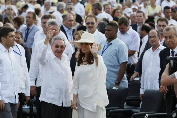 La Santa Misa contó con la presencia del Presidente de los Consejos de Estado y de Ministros, General de Ejército Raúl Castro Ruz; la presidenta de la República Argentina Cristina Fernández de Kirchner