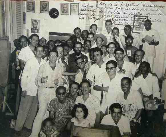 Camilo Cienfuegos en la fábrica Partagás, 1959. Fotografía del libro de A. Saarony 04