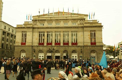 Entrada del Teatro Campoamor, en Oviedo, minutos antes de comenzar la ceremonia. (Custom)
