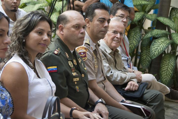 Entre los presentes se encontraban Ricardo Alarcón de Quesada, asesor del Presidente de los Consejos de Estado y de Ministros; el General de División Pedro Manuel Quiaro, agregado de Defensa