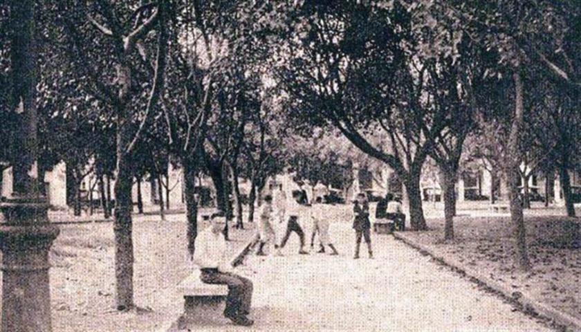 "Plaza Vieja 1923. Parque ""Juan Bruno Zayas"", (antiguo Mercado de Cristina)"