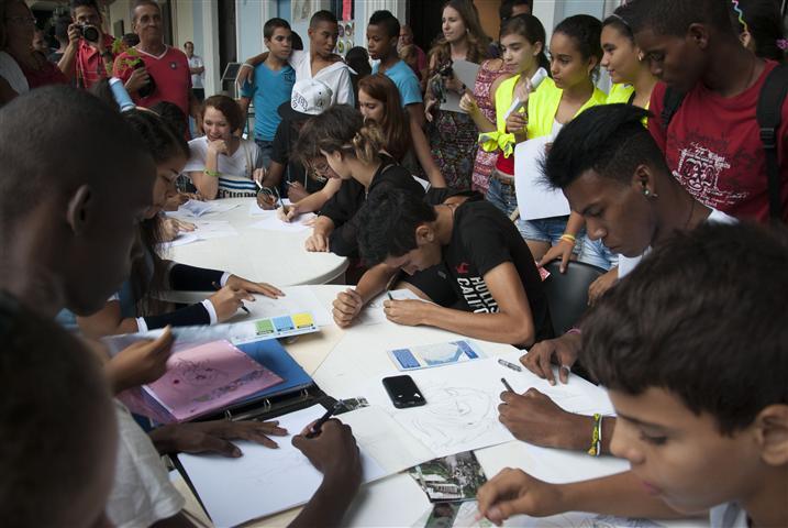 Adolescentes-del-Taller-de-Historietas-dibujaron-durante-la-celebración