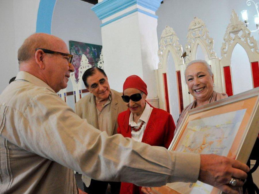 Critina Hoyos recibe el Premio de manos de Miguel Barnet, Presidente de la Unión de Escritores y Artistas de Cuba. Junto a ellos Alicia Alonso. directora del Ballet Nacional de Cuba, y Pedró Simón, Director del Museo de la Danza