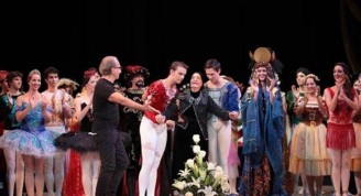 Al final de la Gala, Alicia  Alonso y los participantes