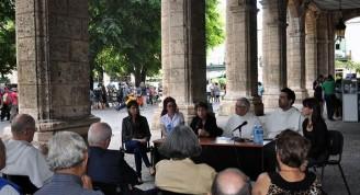 En la mesa de izquierda a derecha Claudia Hernández, diseñadora, Anet González, Raida Mara Suárez, fray Manuel Uña, fray Léster Zayas y Mylena Suárez
