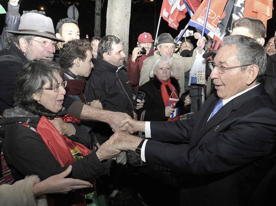 A las afueras del Museo del Hombre, Raúl saludó a amigos de Cuba (Foto: Granma)