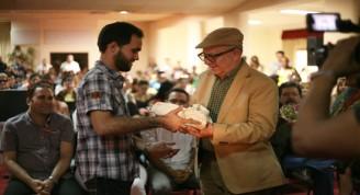 Miguel Barnet entregó el Premio Calendario 2016 a Antonio Herrada, ganador en la categoría de Poesía. Foto: Yadniel Padrón / Juventud Rebelde
