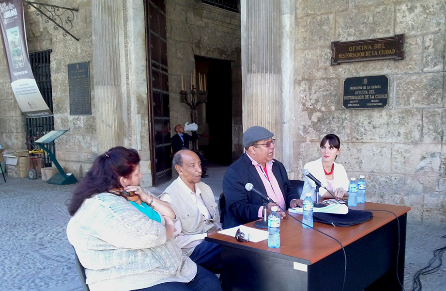 En la mesa, de izquierda a derecha, iris Cano, editora, Lázaro Cabrera Thompson, el autor, Pedro Ureña, presentador y Mylena Suárez, directora Boloña