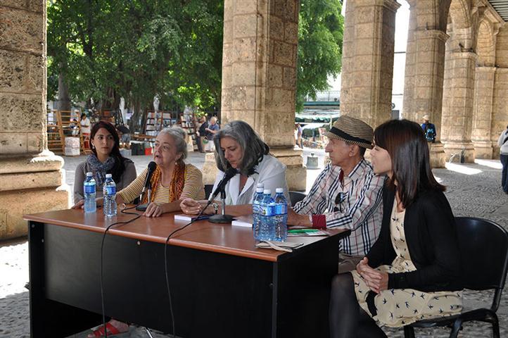 En la mesa la diseñadora Gretell Ruiz-Calderón, la editora Marieta Suárez, María Amelia González, máster en estudios socioculturales, Pedro Pérez Rivero, autor