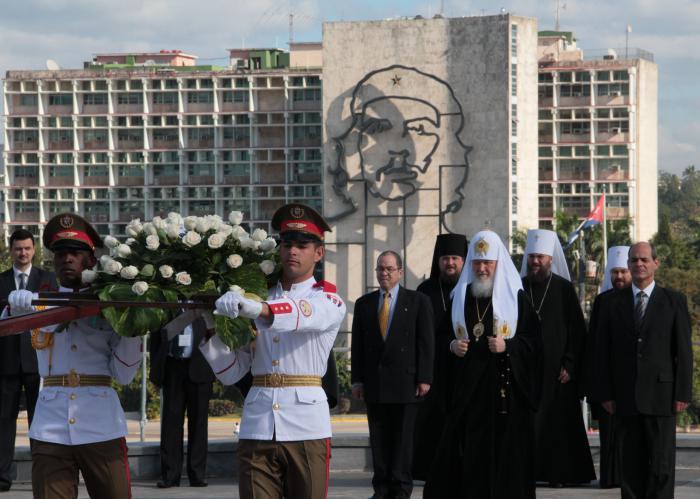 El Sumo Pontífice de la Iglesia Ortodoxa Rusa deposita flores ante la célebre estatua de El Maestro