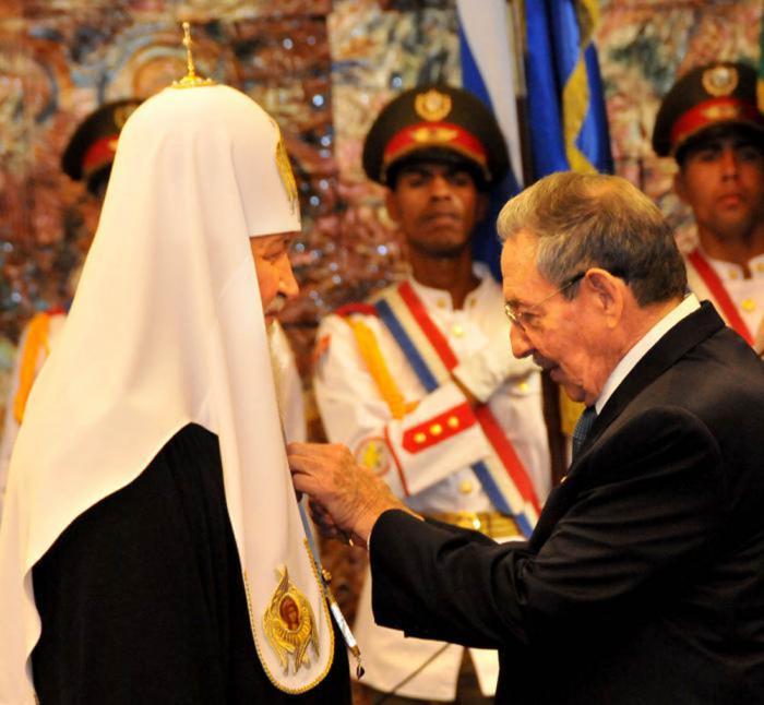 El presidente cubano, Raúl Castro Ruz, impuso a Kirill la Orden José Martí, la más importante que otorga el Estado cubano. Foto: Jorge Luis González