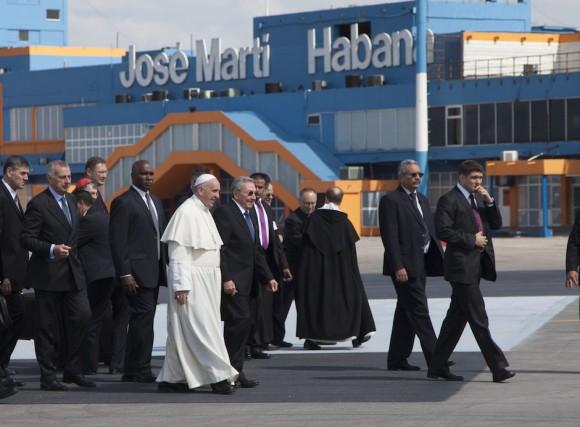 El General de Ejército y Presidente de los Consejos de Estado y de Ministros, Raúl Castro Ruz, recibió al Papa Francisco en la pista de aterrizaje. Foto: Ismael Francisco/ Cubadebate