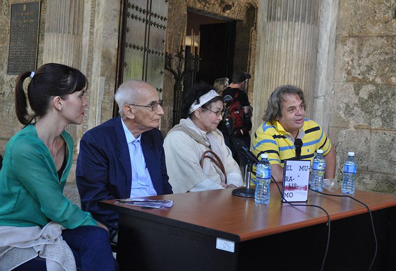 En la mesa Mylena Suárez, directora de Ediciones Boloña, Luis García Peraza, autor del libro, Ana Victoria Fon, editora y Avelino Couceiro, presentador