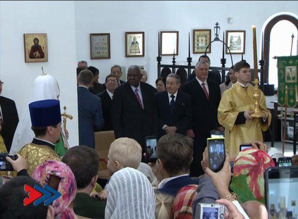 raul castro asiste a liturgia iglesia ortodox rusa (tomada de la television)