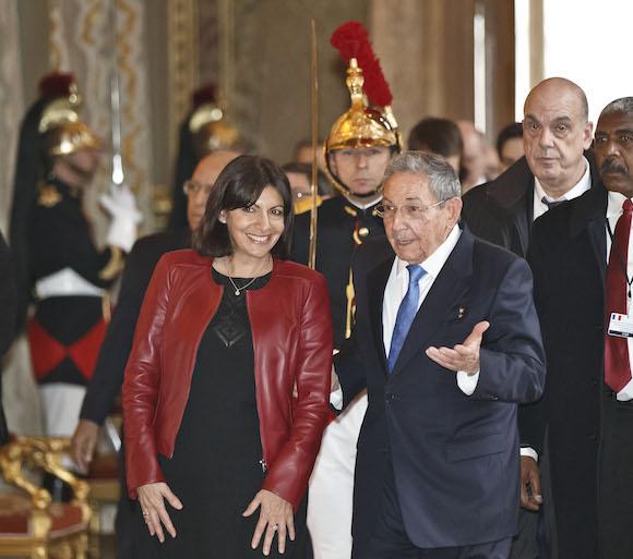 Con la alcaldesa de París, Anne Hidalgo (Foto: Michel Euler/ AP/ Pool)