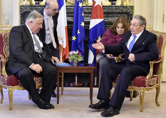 Raúl conversa con el Presidente del Senado francés, Gerard Larcher en París (Foto: Alain Jocard/ AP)
