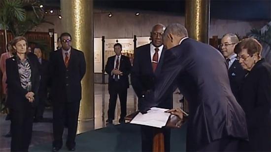 El presidente Barack Obama estampa su firma en el libro de visitante ilustres del Memorial José Martí