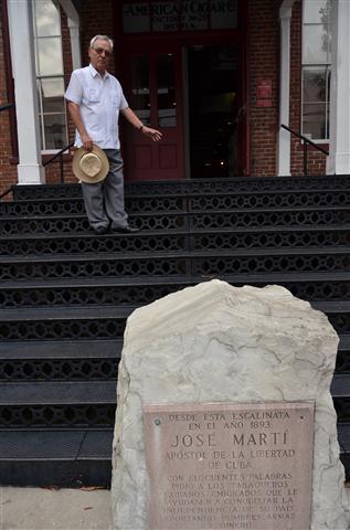 Eusebio Leal señala el peldaño donde se paró Martí para tomarse la última fotografía junto a los tabaqueros de Ybor City