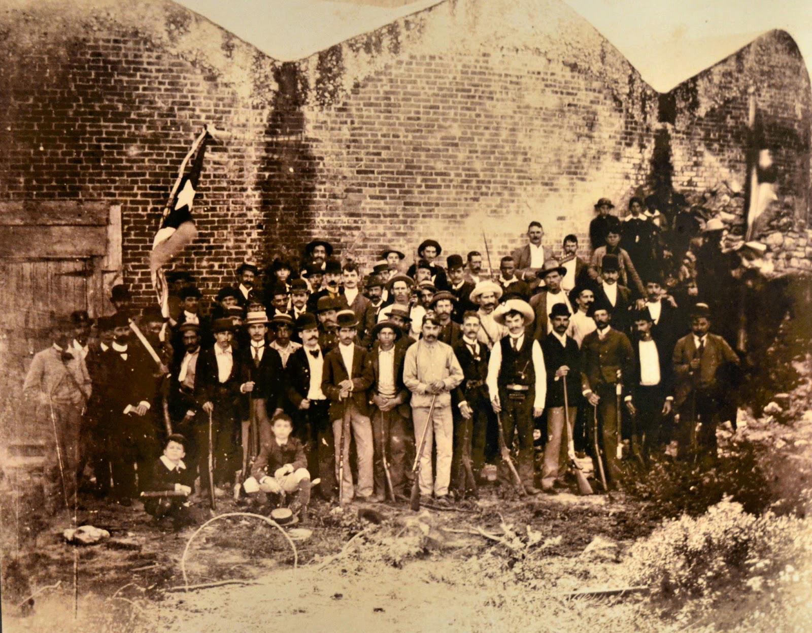 José_Martí_con_grupo_de_emigrados_cubanos_en_el_antiguo_fuerte_Martello_Tower_en_Cayo_hueso,_Estados_Unidos_1893 (2)