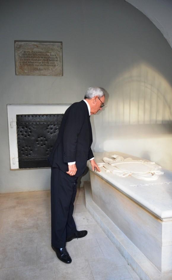 Leal ante la tumba de George Washington Eusebio Leal ante las tumbas de Martha y George Washington, en la casona de Mount Vernon