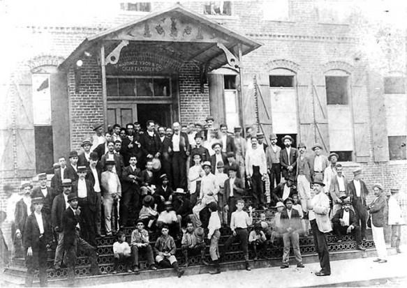 José Martí junto a tabaqueros de la fábrica de Vicente Martínez Ibor en Tampa