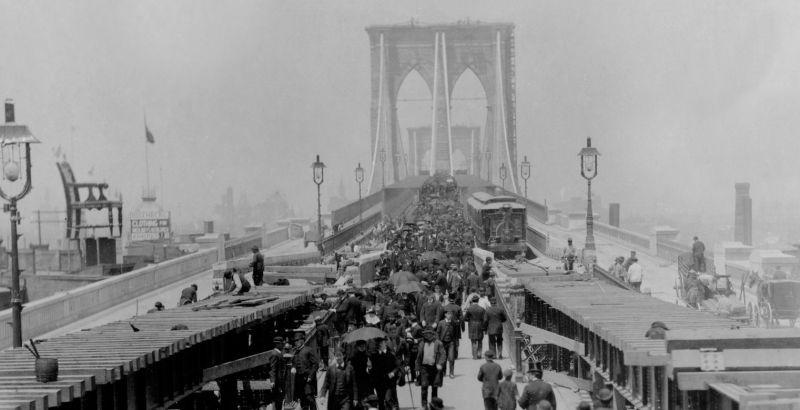 """""""-los puentes son las fuerzas del mundo moderno.- Mejor que abrir pechos es juntar ciudades. ¡Esto son llamadas ahora a ser todos los hombres: soldados del puente!"""", escribió Martí en la crónica titulada """"El Puente de Brooklyn"""", a propósito de su inauguración en 1883"""