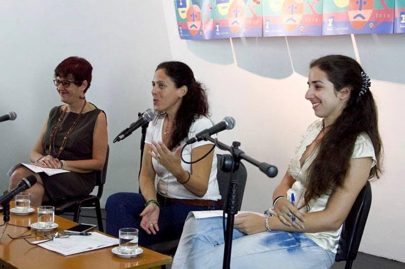 Vivian Martínez Tabares, directora de Teatro de la Casa de las Américas; Maité Hernández-Lorenzo, directora de Comunicación e Imagen y Aimelys Díaz, teatróloga y especialista de la Dirección de Teatro, durante la conferencia de prensa. Foto tomada de La Ventana