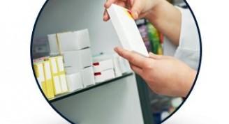 300145-drogueria-nova-s-r-l-persona-mirando-medicamentos