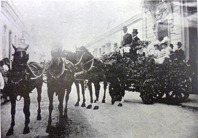 El carruaje de Pedro Estévez Abreu saliendo de su casa de Prado y Refugio en la exhibición Batalla de Flores, 1905