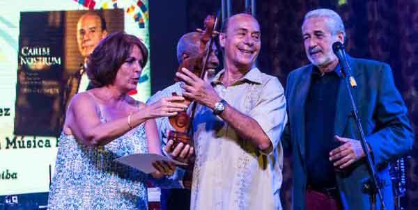 """Guido López-Gavilán del Rosario (C), director de orquesta y compositor, recibe el Gran Premio Cubadisco 2015, en el Salón """"Arcos de Cristal"""" del Cabaret Tropicana, en La Habana, el 18 de mayo de 2016. ACN FOTO/Marcelino VAZQUEZ HERNANDEZ/rrcc"""