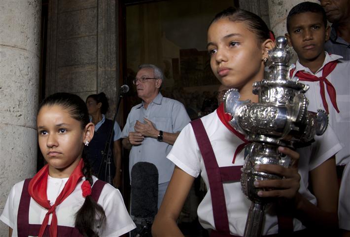 Cada 15 de noviembre, la víspera del aniversario de la ciudad, niños de las escuelas del Centro Histórico encabezan, junto al Historiador, la tradicional ceremonia en torno a la ceiba. (Foto: Jorge García)