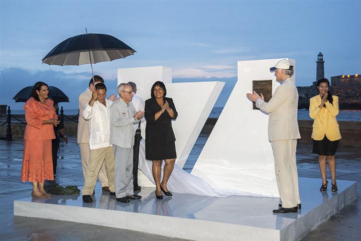 El monumento con la placa conmemorativa que acredita a La Habana como Ciudad Maravilla fue develado en la explanada del Castillo de San Salvador de la Punta (Foto: Néstor Martí)
