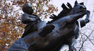 La última gran estatua ecuestre concebida por Hyatt a sus 82 años (18.5 pies), se dedicó como un regalo del pueblo de Cuba al pueblo de los Estados Unidos. Comparte una plazuela del área sur del Parque Central con los monumentos consagrados a Simón Bolívar y José de San Martín en el inicio de la Avenida de las Américas. Foto: Magda Resik