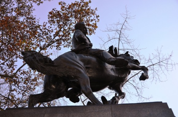 """""""Un jinete desnudo, símbolo de virilidad y fuerza, recibe la antorcha de manos de otro que yace fatigado a los pies del caballo. Es la idea de la nueva América, Nuestra América, que toma en simbólico relevo generacional la antorcha de los que han muerto por ella."""" Foto: Magda Resik"""