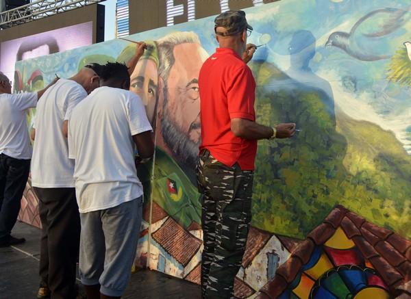 Artistas inmortalizan el encuentro rememorativo en mural histórico. (Foto: Abel Rojas)