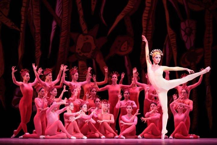 """Sadaise Arencibia y un gran cuerpo de baile en """"Dionaea"""""""