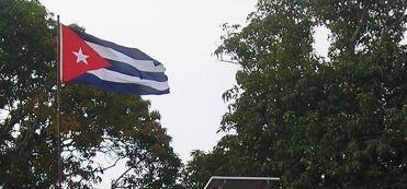 La acción del viento se hace visible al soplar sobre la bandera