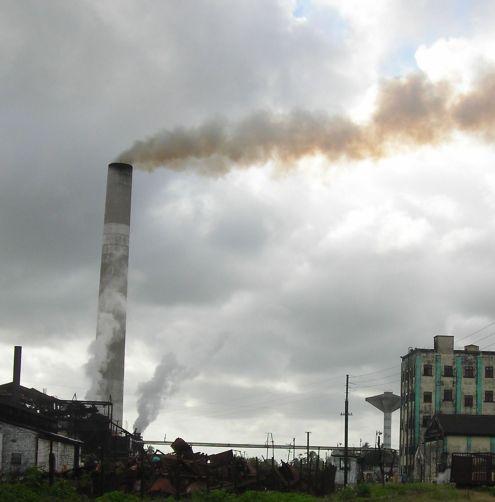En el humo de las chimeneas se aprecia como el viento produce la mezcla del aire limpio con el contaminante