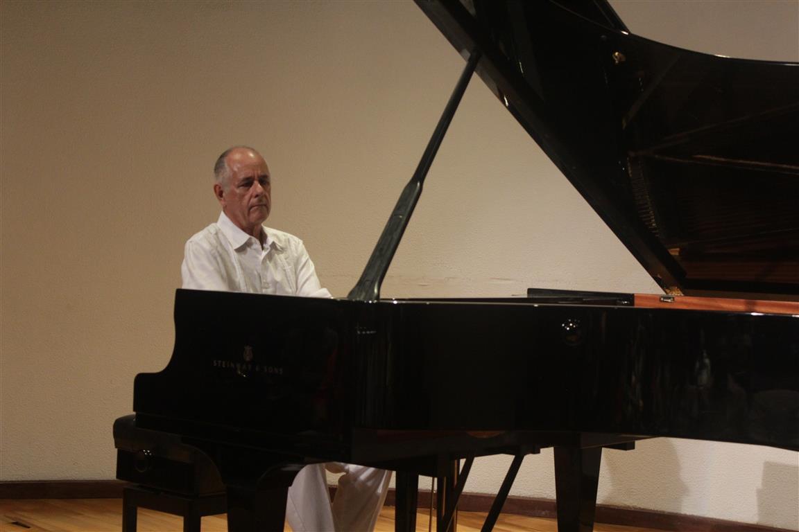 Momento musical con el pianista Nelson Camacho (Medium)