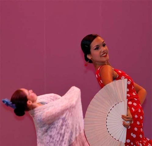María Karla Fernández  mueve  el abanico, expresión cultural  de nuestra idiosincracia