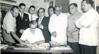 1959-Ernesto Lecuona firma el contrato en que autoriza el rodaaje de la película Malagueña (Small)