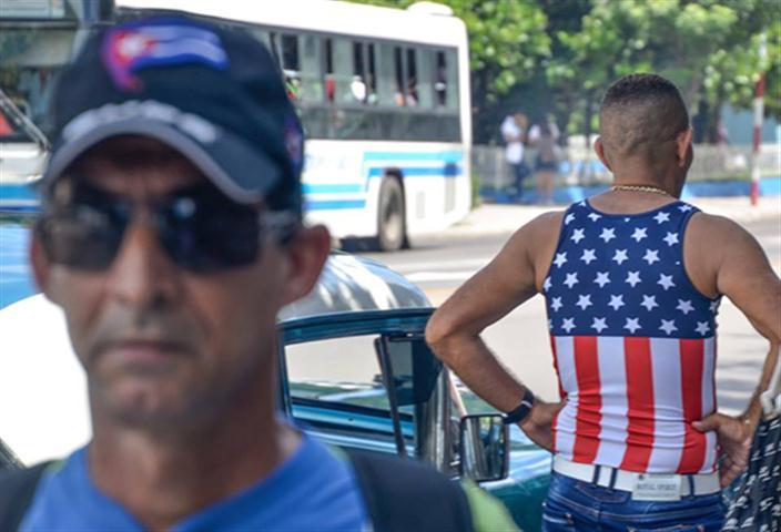 Eusebio Leal reflexiona sobre el uso de las banderas en las prendas de vestir. (Foto: Kaloian/ Cubadebate.)