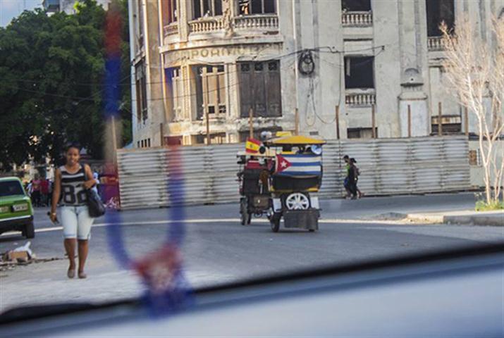 Es usual ver bici-taxis con banderas cubanas y extranjeras. (Foto: L. Eduardo Domínguez/ Cubadebate.)