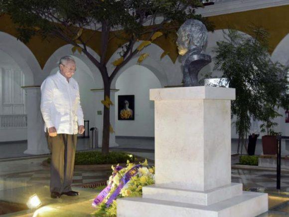 El Presidente cubano ante el busto de bronce donde descansan parte de los restos de García Márquez. Foto: Estudios Revolución
